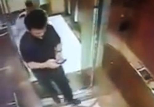 Ông Linh trong thang máy trước lúc sờ soạng bé gái.