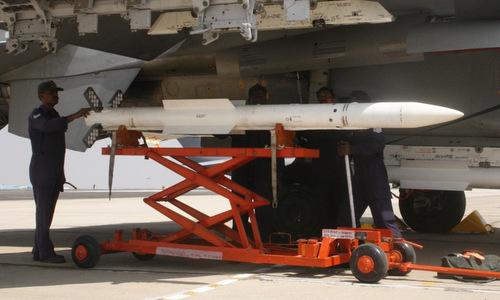 Tên lửa RVV-AE được lắp cho một tiêm kích Su-30MKI Ấn Độ năm 2015. Ảnh: IAF.