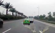 Tài xế taxi và xe khách đuổi nhau trên đường bị phạt 15 triệu đồng