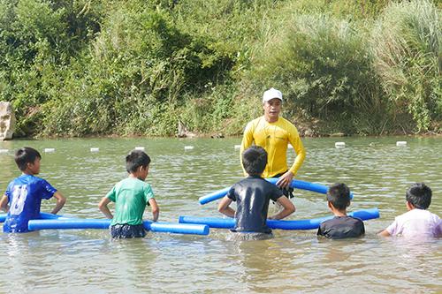 Hơn 200 em nhỏ ở các xã thường bị ngập lụt được học bơi miễn phí. Ảnh: Oxalis