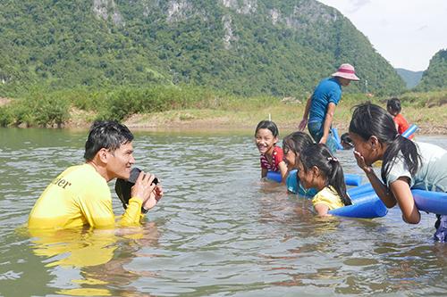 Lớp học trang bị cho các em kỹ năng căn bản, nhằm ngăn ngừa sự cố đáng tiếc khi vui chơi trên sông.Ảnh:Oxalis
