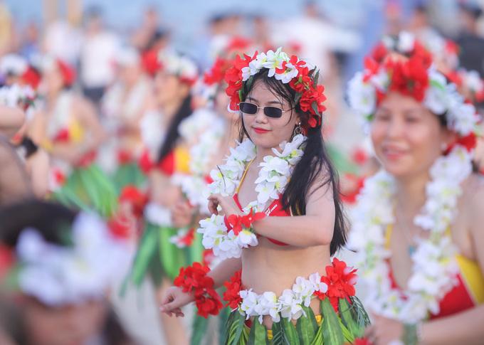 100 cô gái nhảy Flashmob bikini khuấy động mùa du lịch biển Đà Nẵng