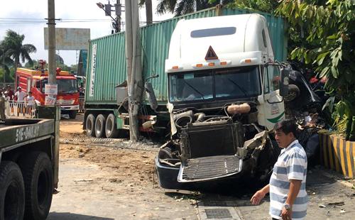 Chiếc container gây tai nạn tại hiện trường. Ảnh: Minh Tân.