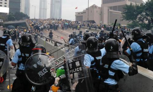 Cảnh sát Hong Kong trấn áp người biểu tình. Ảnh: AP.