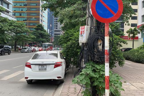 Tài xế Vios đỗ xe kiểu bất chấp luật lệ tại Hà Nội - 1