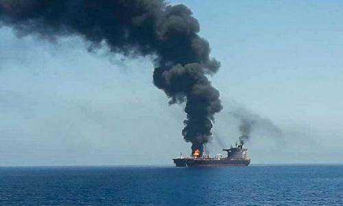 Một trong hai tàu dầu bị tấn công trên Vịnh Oman hôm 13/6. Ảnh: AFP.
