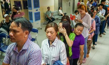 Hàng nghìn người xếp hàng chờ làm hộ chiếu ở TP HCM