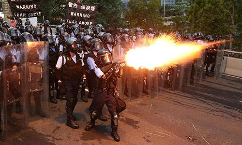 Cảnh sát Hong Kong bắn đạn hơi cay trấn áp người biểu tình phản đối dự luật dẫn độ sửa đổi ngày 12/6. Ảnh: Reuters.