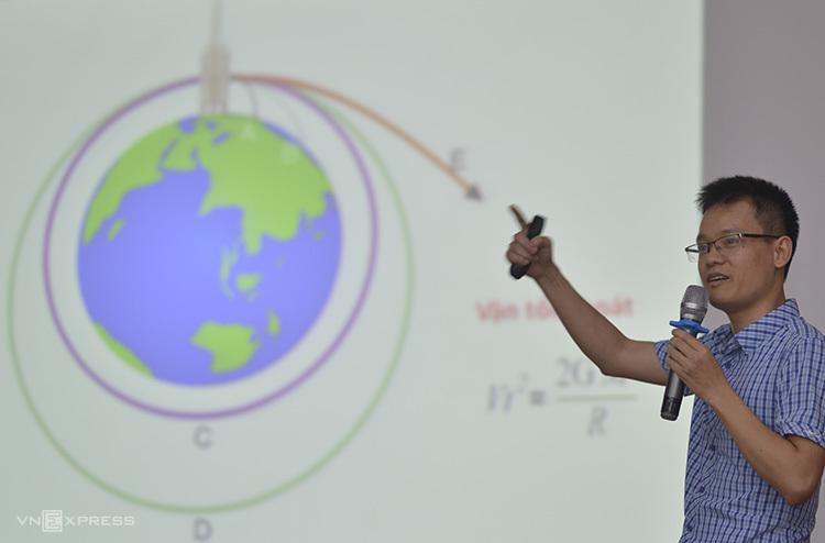 TS Phạm Tuấn Anh giới thiệu các kiến thức về lỗ đen và vũ trụ.