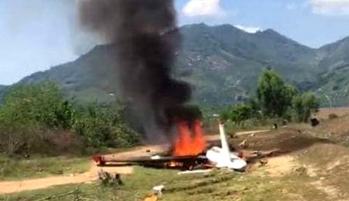Xác máy bay bốc cháy sau khi rơi. Ảnh:Châu Tuấn.