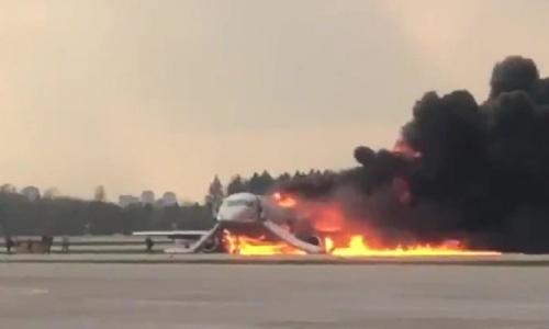 Máy bay Nga bốc cháy sau khi hạ cánh khẩn. Ảnh: RT.