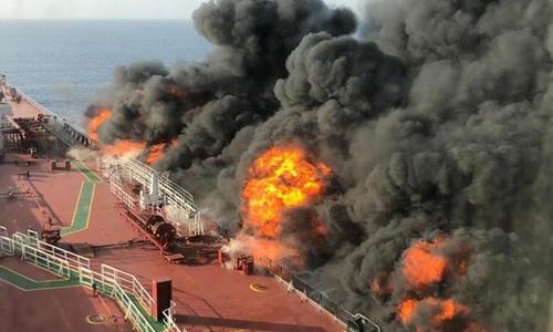 Lửa bốc lên trên tàu Front Altair. Ảnh: Sky News.