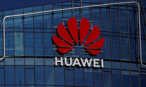 Logo của tập đoàn Huawei bên ngoài một tòa nhà ở Vilnius, Litva. Ảnh: Reuters.