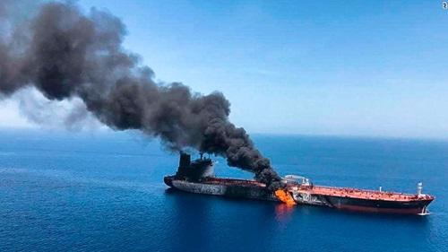 Tàu dầu bốc cháy sau khi bị tấn công ở Vịnh Oman hôm 13/6. Ảnh: ISNA.