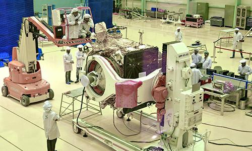 Các nhà khoa học lắp ráp tàu Chandrayaan-2. Ảnh: Phys.