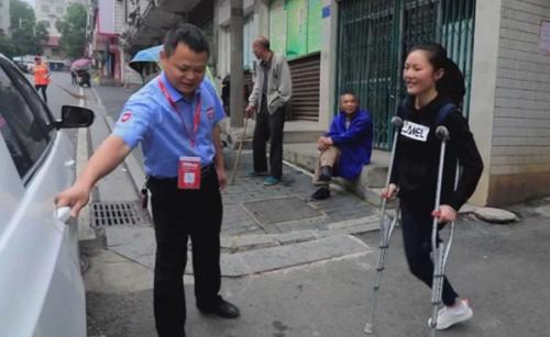 Một tài xế taxi đón Han Li đi học. Ảnh: AP
