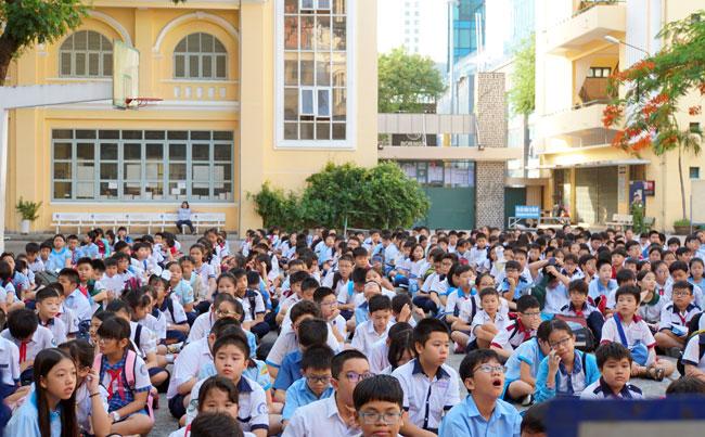 Thí sinh tham giakhảo sát tại điểm thi THPT chuyên Trần Đại Nghĩa sáng 12/6. Ảnh: Mạnh Tùng.