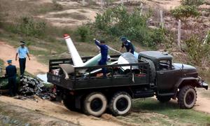 Lực lượng quân sự khám nghiệm hiện trường máy bay rơi ở Khánh Hòa