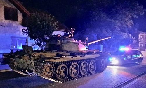 Chiếc xe tăng T-55 xuất hiện trên đường phố Ba Lan tối 13/6. Ảnh: Twitter.