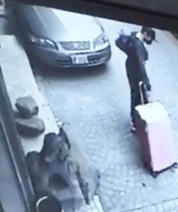 Chan Tong-kai kéo chiếc vali màu hồng tại khách sạn ở Đài Bắc ngày 17/2/2018. Ảnh: SCMP.