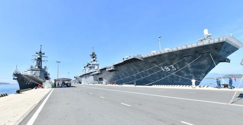 Tàu JS Murasame (trái) và JS Izumo cập cảng Cam Ranh hôm 14/6. Ảnh: JMSDF.