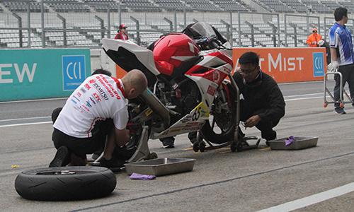 Đội kỹ thuật của Honda thay lốp xe trong quá trình đua.