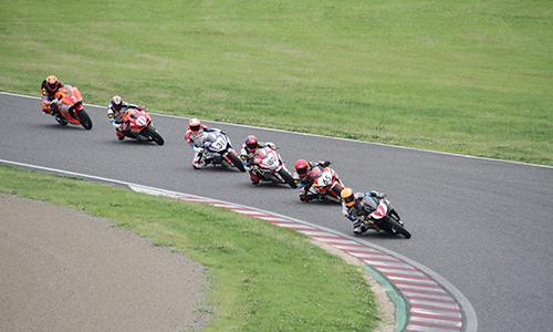 Các tay đua thi đấu tại trường đua Suzuka, Nhật Bản hôm 9/6.