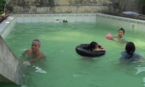 Thầy giáo về hưu xây bể bơi miễn phí cho trẻ