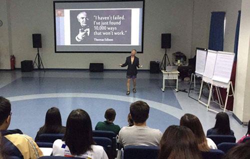Ông Trương Nguyện Thành mặc quần đùi nói chuyện trước hàng trăm sinh viên. Ảnh: Facebook.