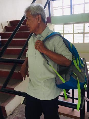 Sinh viên năm nhất Benjamin Naoemỗi ngày leo 3 tầng cầu thang đến lớp học. Ảnh:Christian Monses.