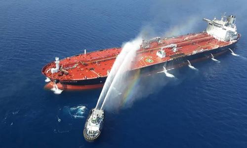 Quá trình chữa cháy tàu chở dầu Front Altair sau vụ tấn công. Ảnh: AFP.