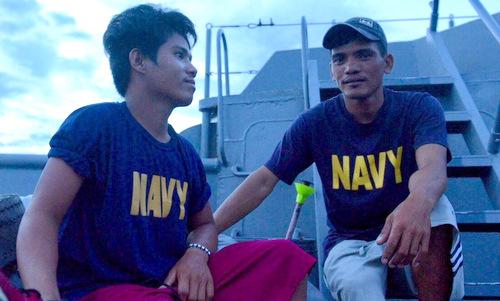 Pascual (trái) và Gordiones sau khi được chuyển lên tàu hải quân Philippines. Ảnh: Rappler.