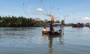 Ngư dân hướng dẫn du khách quăng lưới bắt cá trên sông