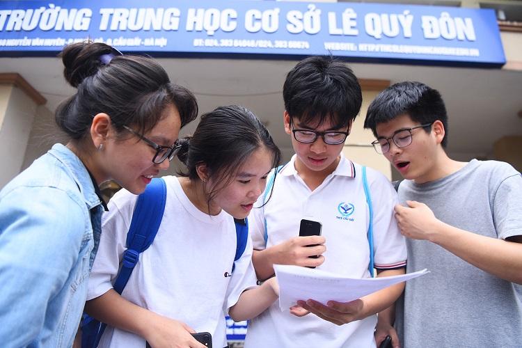 Các thí sinh có nguyện vọng vào trường THPT Chuyên Hà Nội - Amsterdam thảo luận bài sau ngày thivào lớp 10 hôm 2/6. Ảnh: Giang Huy