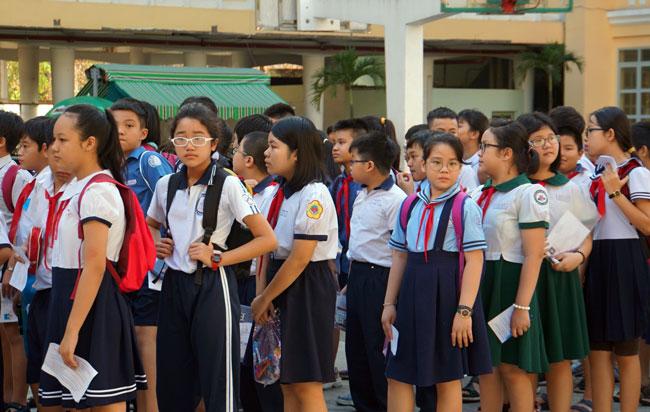 Thí sinh tham gia khảo sát tại điểm thi THPT chuyên Trần Đại Nghĩa sáng 12/6. Ảnh: Mạnh Tùng.
