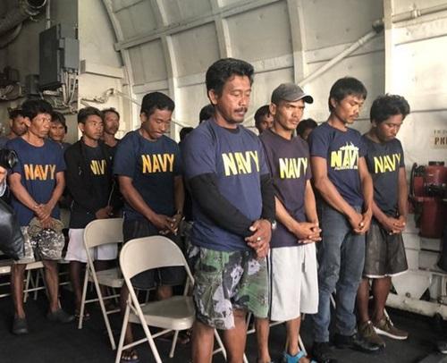 Nhóm ngư dân Philippines sau khi được tàu hải quân đón hôm 13/6. Ảnh: Rappler.