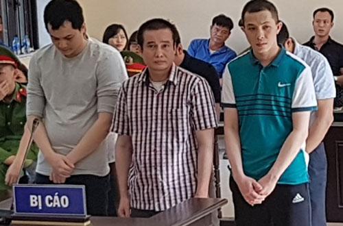 Bị cáo Phương (áo kẻ, đứng giữa) tại phiên tòa sơ thẩm.