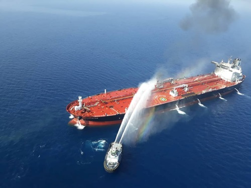Tàu hải quân Iran đang cố gắng dập tắt đám cháy trên một tàu dầu bị tấn công ở Vịnh Oman hôm 13/6. Ảnh: Reuters.