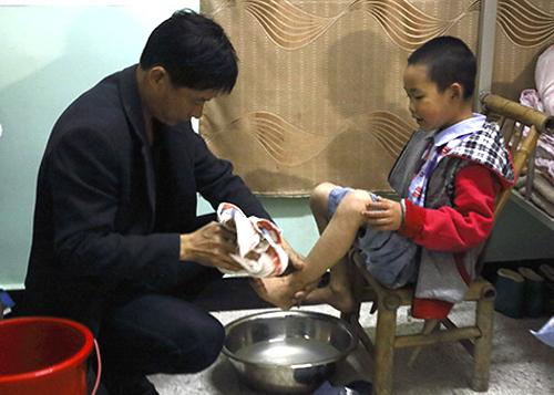 ThầyBeihai giúp Chen vệ sinh cá nhân. Ảnh:Xinhua.