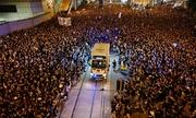Xe cứu thương 'rẽ sóng' biển người biểu tình ở Hong Kong