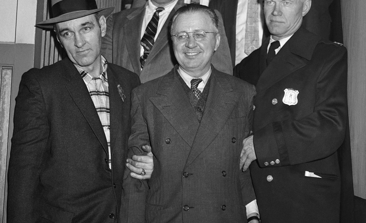 George Metesky (giữa) mặc áo khoác có hai hàng khuy cài ngay ngắn khi bị bắt, đúng như dự đoán của chuyên gia tâm lý học.