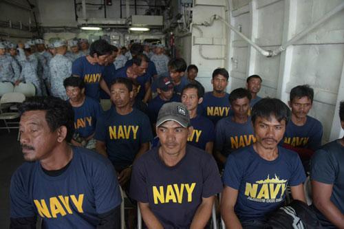Nhóm ngư dân Philippines trên tàu Gemvir-1 sau khi được giải cứu hôm 13/6. Ảnh: Philstar.