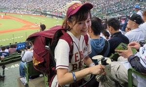 Những cô gái Nhật Bản bán bia dạo tại sân vận động