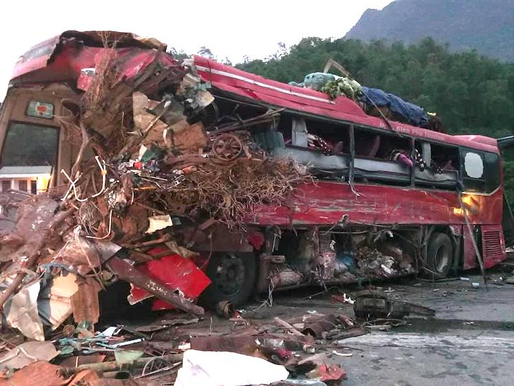 Xe khách vỡ nát phần đầu sau tai nạn. Ảnh: Thế Vinh
