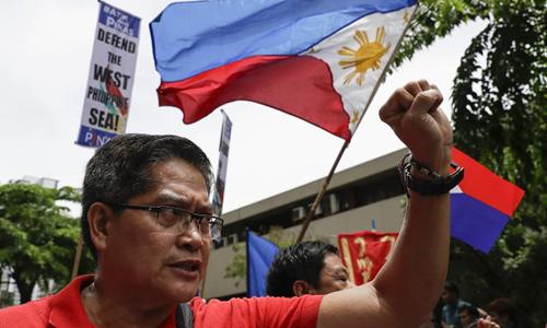 Người dân Philippines tuần hành ở thành phố Makati hôm 12/6, biểu tình phản đối Trung Quốc chiếm đóng trái phép các khu vực đang chấp ở Biển Đông. Ảnh: AP.