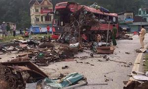 Ôtô giường nằm biến dạng sau tai nạn với xe tải chở sắt ở Hòa Bình