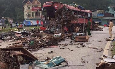 Ôtô biến dạng trong vụ tai nạn khiến 3 người chết ở Hòa Bình