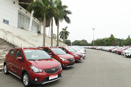 Hàng trăm chiếc VinFast Fadil xếp hàng tại sân vận động Mỹ Đình trong buổi bàn giao xe cho khách hàng.