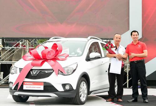 Một khách hàng nhận xe VinFast Fadil trong ngày 17/6.