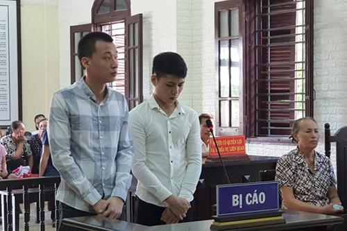 Hai bị cáo tại phiên toà. Ảnh: Quang Hà